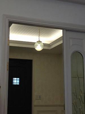 玄関の折り上げ天井から下げたチェーン吊りのペンダントライト108E/COG-HJ7