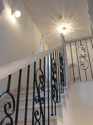 階段の照明として光の模様が美しい天井灯とアンティーク風のブラケットライト