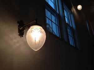 アンティーク調のブラケットライトWB251+963F/CUTを階段照明に使った施工例写真