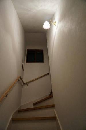 アンティーク調の階段の壁照明wb241-352eredの施工例