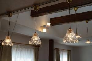 キッチンの照明として暖かな光を放つガラスシェード477/CLRを使ったペンダントライト