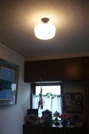 たっぷりとしたサイズのスクールシェードを使った天井灯PB394/Z+181/MATを玄関に