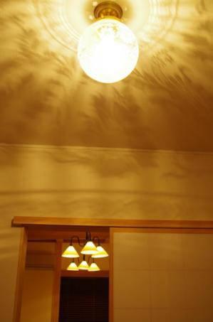 光の模様が美しい天井灯108E/SAT-PB394を玄関ホール照明として使用