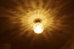 玄関ホール照明にアンティーク調の天井灯108E/SAT-PB394を使ったときの施工例写真