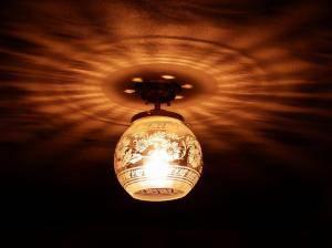 玄関ホールに設置された天井灯PB394+355E/SATの実例写真