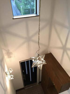 玄関ホールが吹き抜けに設置した星のペンダントライトLA800M