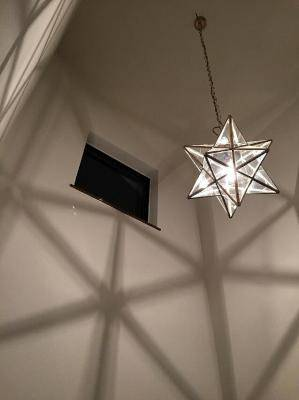 玄関吹き抜け用の照明として、ランタンLA800Mを吊り下げ