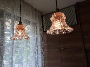 アンティーク調の光を放つほんとに小さなガラスを使ったペンダントライト