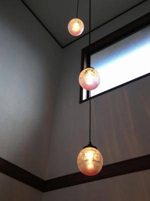吹き抜けの玄関ホール照明としてアンティーク風のガラスを使った3連のペンダントライトPB621/3/Z+106E/REDの施工例