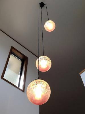 玄関ホールの照明として、綺麗なガラスを使ったペンダントライトの施工例