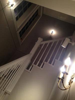 階段のアンティークな照明として壁につけるブラケットライトWB091の施工例
