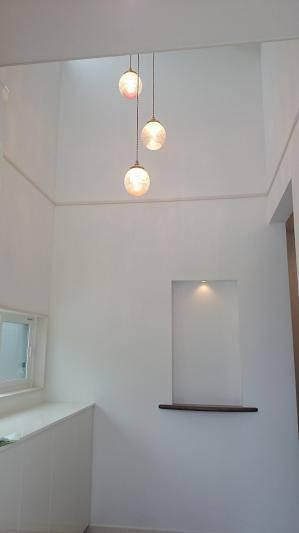 玄関の照明としてアンティーク風の3連のペンダントライト