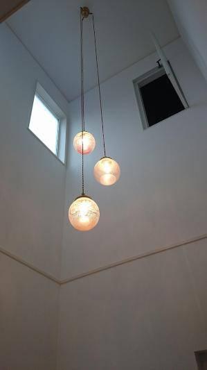 アンティーク風なペンダントライトを玄関の照明として