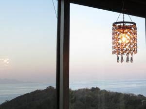 海の見えるダイニングのための照明としてミニシャンデリアpc601clrを設置