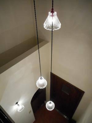 吹き抜け玄関の照明に吊るしたガラスのペンダントライト3灯式の施工例