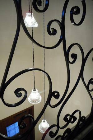 玄関の吹き抜け照明として吊るした3灯式のペンダントライトがアイアンととても良い相性でびっくり