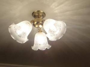 キッチンの照明としてとてもアンティーク調の光を放つ3灯の天井灯を