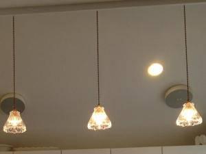 アイランドキッチン照明-クリアなガラスを使ったペンダントライト