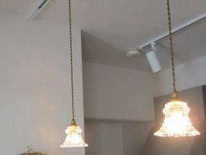 小さなガラスが特徴のかわいいペンダントライト2本をキッチン照明として