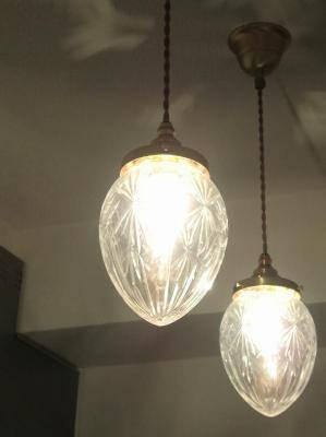 レトロな雰囲気のガラスを使ったペンダントライトをキッチン照明として