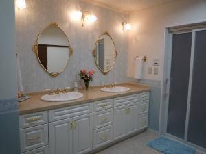 大きな洗面脱衣室の壁面に薔薇をモチーフにした3台のブラ毛とライトを設置