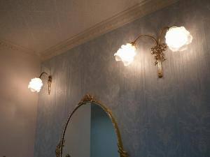 シックでエレガントな洗面のミラーの上に設置したアンティーク調のブラケットライトの施工例