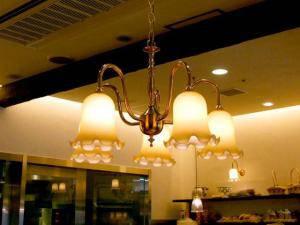 東京のパン屋さんに吊るされたシャンデリアは暖かくやわらかな光