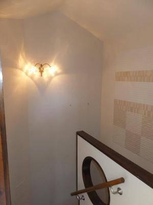 階段の折り返しの壁に設置したアンティーク風のブラケット照明