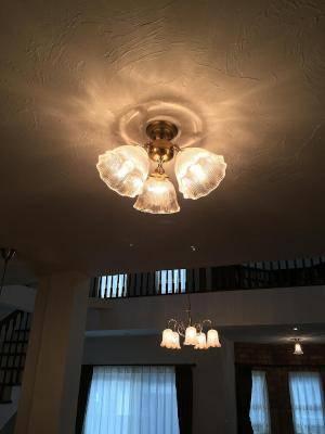ダイニングルームの照明としてアンティーク調の3灯の天井灯