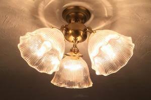 クラシックな印象の3灯のシーリングライトをダイニングの照明として