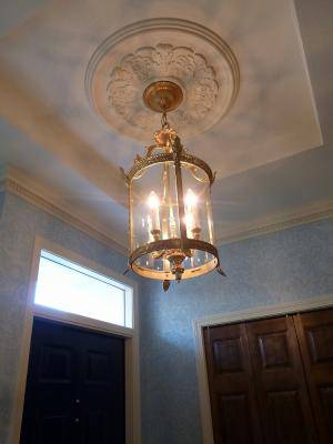 豪華でまるでアンティークのような真鍮製ランタンを玄関ホールの照明として