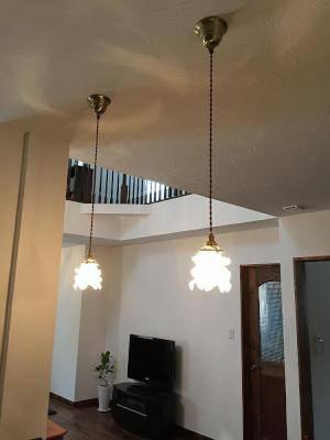アンティークな雰囲気を持つペンダントライトを対面キッチンの上に2本