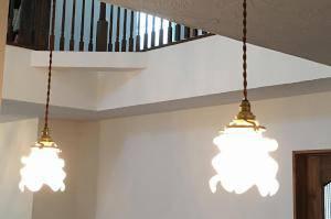 対面キッチンの照明として、薔薇をモチーフにしたペンダントライト235sat-rj5の施工例