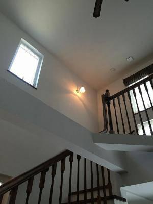 階段を上がりきったところの壁照明に、暖かな光が人気のアンティーク風ブラケット照明を