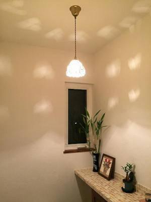 トイレの照明として、アンティーク調のステンドグラスペンダントライト574tif-rj5