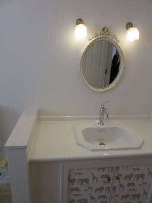 洗面所の照明として薔薇の花をモチーフにした小さなガラスのブラケットライトwb235+235sat