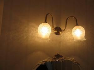 洗面室の照明としてアンティーク調でシンプルなブラケットライトwb241-2+410msat