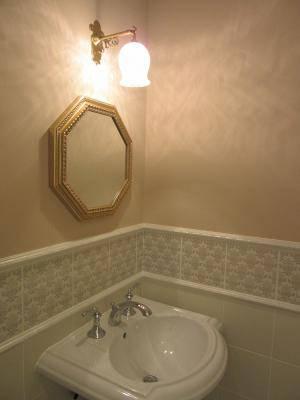 洗面所のミラーの上の照明にアンティーク調のブラケットライトWB251+410M/SAT