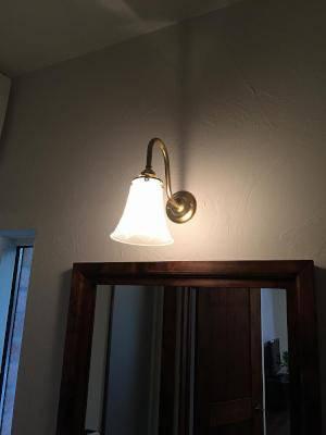 洗面所のミラーの上にシックな光のブラケットライトwb241+822sat