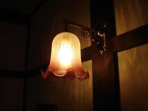 ペンション待合室の灯りとしてアンティーク調のブラケットライトを設置