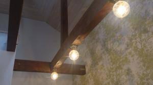 廊下の照明として、アンティークな天井灯を古い梁に直接設置しました