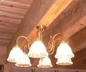 天井も壁も木でできたお家に真鍮製のシャンデリアを