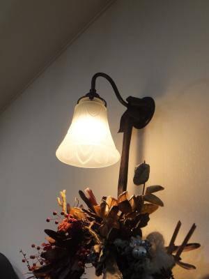 アンティーク調の壁照明にクリスマス用のリースを飾っています
