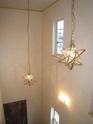 階段吹き抜けの空間に下げられた星の形のペンダントライト
