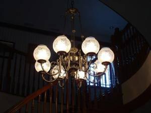 アンティークな雰囲気満載の大きなシャンデリアを階段ホールに