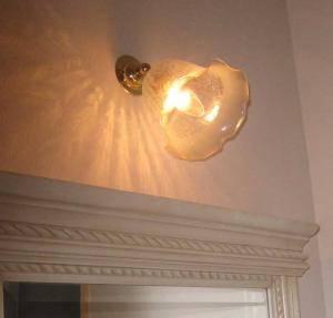 角度の変えられるウォールランプに光の模様が美しいガラスを組み合わせました