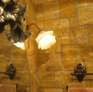小さくてかわいい薔薇のウォールライトWF574+237/SATが美容室の洗面台の上に