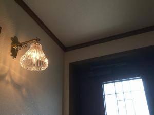 アンティーク風のブラケット照明wb251+477/clrを玄関の照明として壁に設置