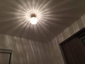 玄関ホールの天井灯にアンティーク調照明のpb393-106e/sat