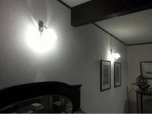 アンティーク調のブラケットライトwf323+235/satをリビングの壁に設置